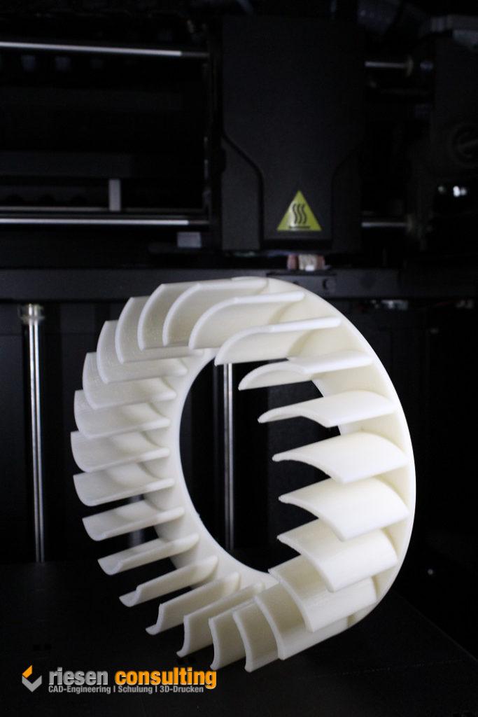 Fertiges Bauteil nach der Produktion mit dem 3D-Drucker Stratasys Fortus 250mc